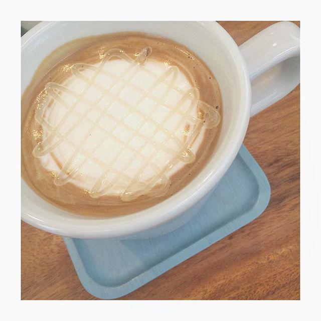 ..本日もたくさんのご来店ありがとうございます◎!..本日紹介するドリンクはハニーソイラテです。たっぷりのはちみつとしっかり抽出したエスプレッソとなめらかにフォームした豆乳。優しい味で女性から人気です♡..#coffee #espresso #ハニーソイラテ#はちみつ #豆乳#bistrocafe #cafe #hausmatsue #島根 #松江