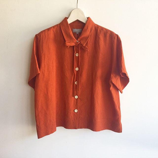 .MARGARET HOWELLplain weave linen.初回する間も無く完売してしまったオレンジが再入荷です。.生地の仕上げにドライ感をもたせる加工をしているため肉厚でありながらも肌あたりが少なく涼しく着れる一枚。.ボクシーなゆったりしたラインと短すぎない半袖。半袖シャツが苦手な方でも安心な袖丈。.colorオレンジ、ホワイト、ブラック.#margarethowell #マーガレットハウエル#plainweave #linen #shirt#麻#orange#hausmatsue #島根#松江