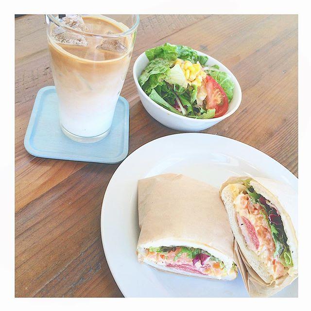 ..HAUS bistro cafeのイタリアンサンドイッチはたくさんの具材を使っております。.自家製スモークサーモンえび、たまごサラダトマト、レタスなど…チーズはシュレッドチーズとクリームチーズ2種類。.具だくさんで満足度の高いハウスのサンドイッチぜひお試しくださいね◎..#sandwich #サンドウィッチ #イタリアンサンド#自家製 #スモークサーモン#えび #たまごサラダ#トマト #レタス#シュレッドチーズ #クリームチーズ#bistrocafe #cafe #hausmatsue #島根 #松江