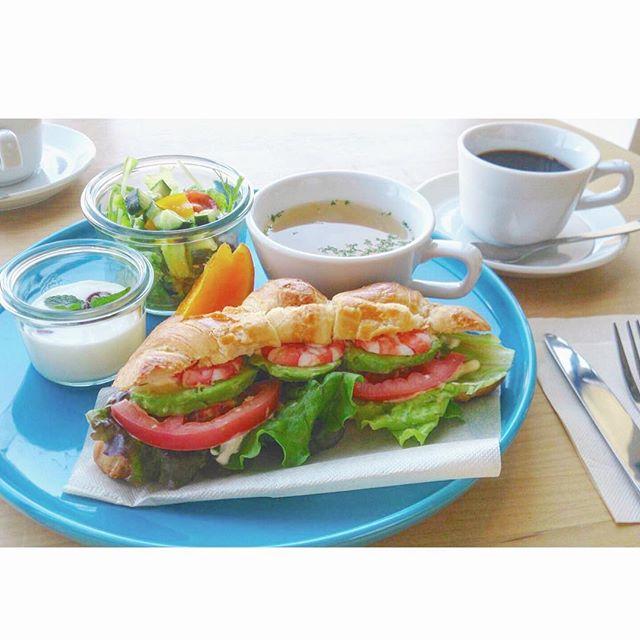 ..じめじめした梅雨らしいお天気になりましたね。..HAUS bistro cafeでは6月からモーニングがスタートしております◎..エビとアボカドのクロワッサンサンドとフレンチトーストが人気です!..どのモーニングもお昼ご飯が食べれなくなるくらいのボリュームです…!..明日も朝9時から元気に営業しております︎..みなさまのご来店をお待ちしております♡♡ .#morning #breakfast #朝食 #ワンプレート#クロワッサンサンド #sandwich #サンド#エビ #アボカド #トマト#スープ #サラダ#デザート #ドリンク#coffee #bistrocafe #cafe #hausmatsue #島根 #松江