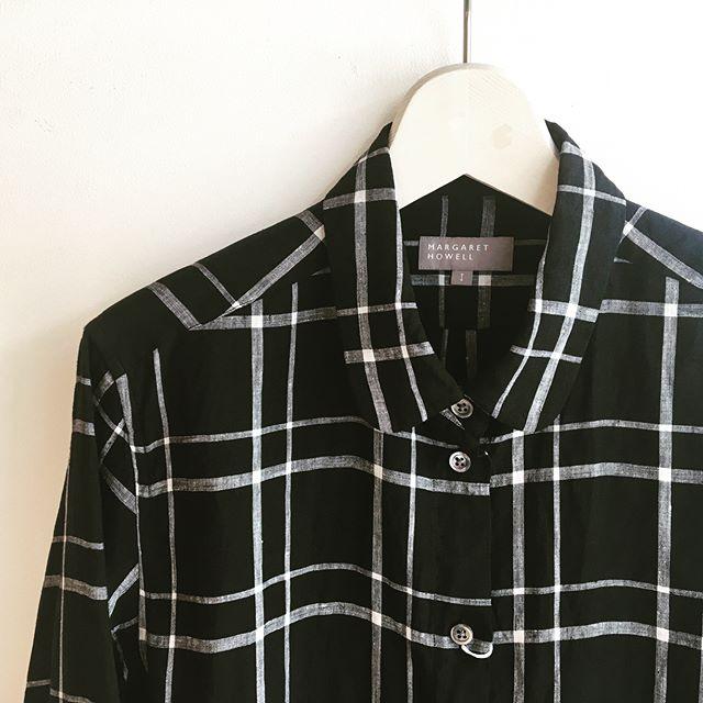 今日から山陰は梅雨らしいお天気が続く模様︎湿度高めでも気持ちよく過ごせるリネンシャツ。透け感の気にならない色物や柄物も活躍の予感です。.#margarethowell #superfinelinen#boysshirt#France#ケンボロ仕立て#linen#shirt#製品洗い#ラフプレス#hausmatsue #島根 #松江