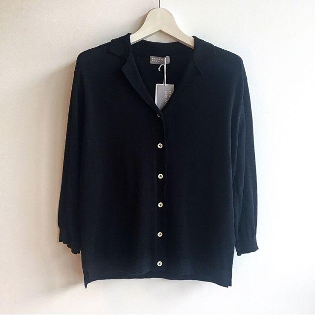 .気温差の激しい6月︎やっぱり、羽織ものがあると便利ですね。ジャケット型のカーディガンはふんわりしたシャツやワンピースの上でもさらっと羽織れます。衿つきなのも新鮮です。このすこしきちんとなのが嬉しい。.#superfine cotton jacket#margarethowell #エジプト超長綿 #超長綿#cardigan#cotton#hausmastue #島根#松江