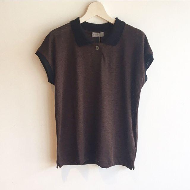 .定番のstripe linen jerseyと同じ素材を使用したポロシャツ薄手のリネンだから通常のポロより上品な印象。秋を先取りしたダークブラウンもすてきです。.#margarethowell #マーガレットハウエル#fine linen jersey polo#linen#polo#日本製#darkbrown#navy #hausmastue #松江 #島根
