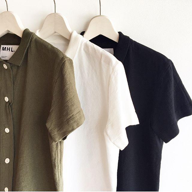 .MHL.cotton piqueカラー グリーン、ホワイト、ブラック.今日みたいに蒸し暑い日に気持ち良い風の抜けるようなコットンピケ。シャツほどかっちりしなくてカットソーほどラフにならない程よいアイテム。薄手のシャツよりも透けにくいのもうれしい。.#MHL.#cottonpiqué #polo#shirt#hausmastue #島根 #松江