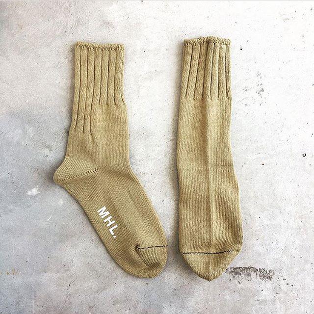 .横からと前から見え方が違う。ヴィンテージのソックスを基にデザインされたランダムに入ったリブ。これがなんともかわいらしい。#MHL.#rough cotton#ribsocks #socks#くつした#hausmastue #島根 #松江