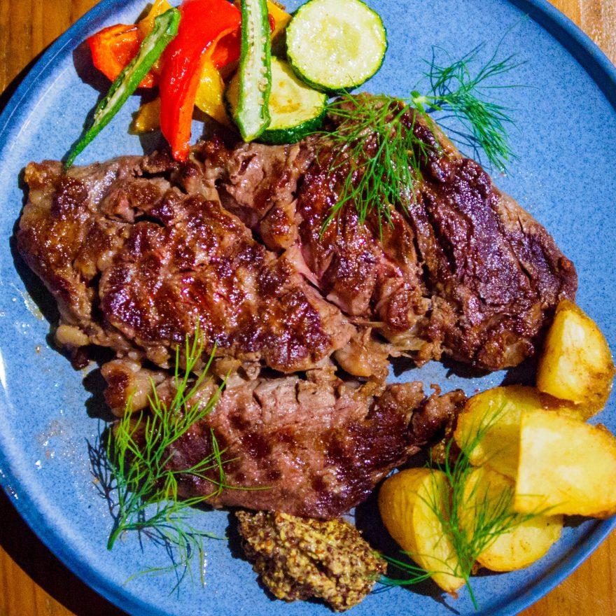 「夏の肉フェア」明日より1ポンドステーキ(450g)がディナータイムに登場します。プライム肉を使った柔らかジューシーなお肉。是非、家族や仲間でシェアしてくださいね。ご来店お待ちしております。#haus_cafe_foods#haus_matsue#お肉#ステーキ