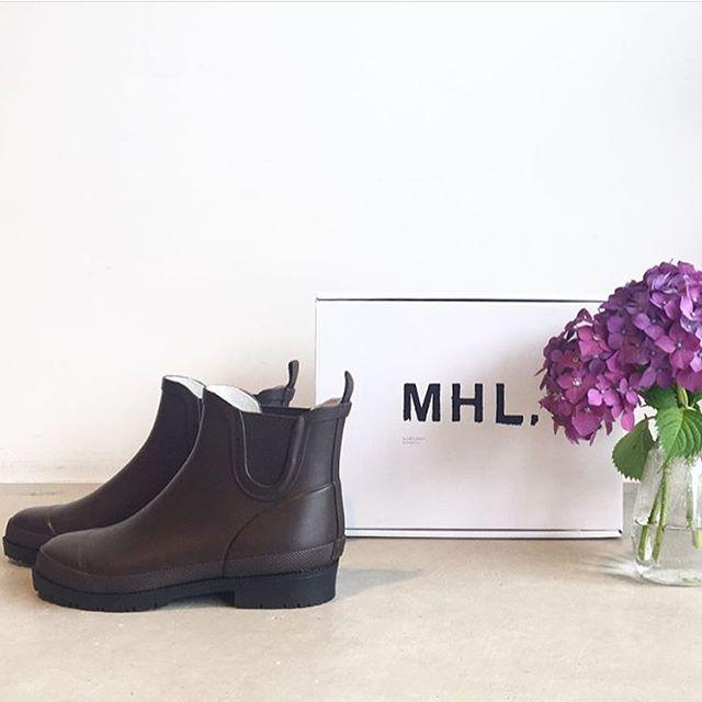 .雨の日には雨の日なりのたのしみ方。.MHL.PVCcolor  dark brownsize 3.4.5.梅雨の蒸し暑さでもはきやすいショート丈のレインブーツ。.#MHL.#PVC#Wellingtonboots#rainyday #長靴#hausmastue #島根 #松江
