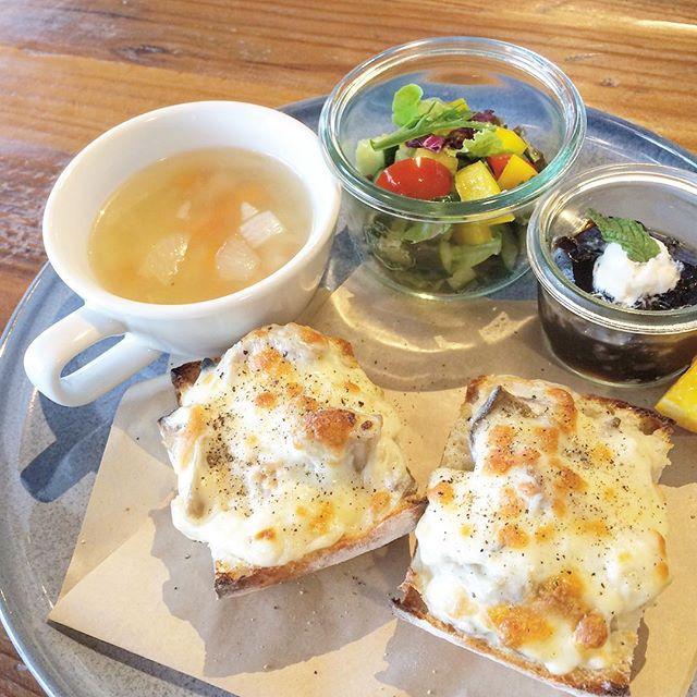 ..こんにちは︎..7月から新しくクロックムッシュが仲間入りしました〜!.5種類のきのこが入ったホワイトソースにチーズをのせました。えりんぎ、しいたけ、しめじ、まいたけ、マッシュルーム。たくさんのきのこを、贅沢に使っております◎..今日も22時まで営業しております。ご来店お待ちしております!..#morning #breakfast #朝食 #朝ごはん#クロックムッシュ#チキンときのこ#5種類 #キノコ#えりんぎ #しいたけ#しめじ #まいたけ#マッシュルーム#スープ #サラダ#デザート #ドリンク#bistrocafe #cafe #カフェ#hausmatsue #hausmatsue #島根 #松江