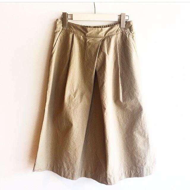.ドライで気持ちの良い肌触りのスカート。定番の前タックのこの形、今年は丈がすこし長めで夏のボトムにぴったり。.color ベージュ、ネイビーsize  Ⅰ.Ⅱ.Ⅲ.#MHL.#dense cotton poplin #overall skirt#skirt#hausmatsue #島根 #松江