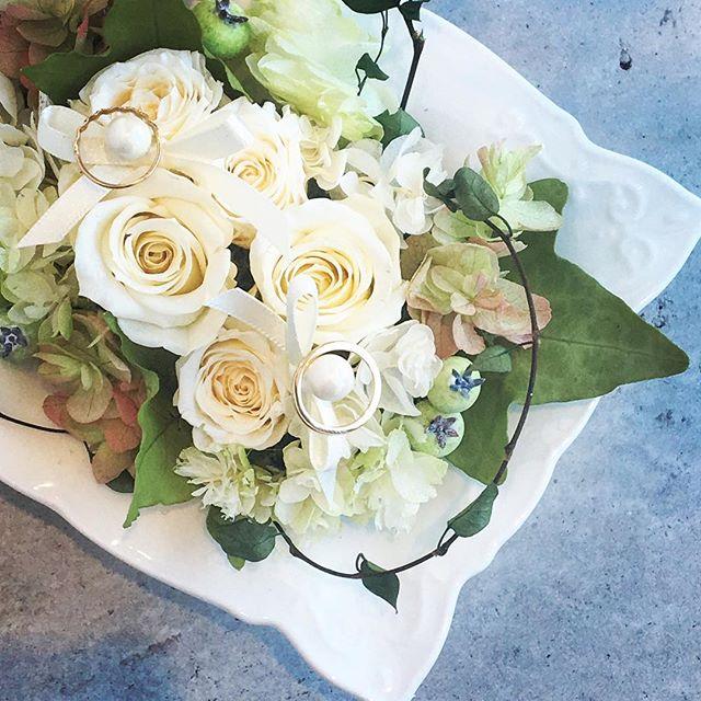.結婚式のリングピロー.実はご注文が多い品。サプライズでお友だちが作られたり自分の結婚式の記念に本人が作られたり…もちろん、ご注文も承っておりますよ♩.色褪せることなくずっと、そばに置いておけるプリザのリングピローおすすめです。.#wedding #ringpillow #surprise#preservedflowers #プリザーブドフラワー#hausmatsue #島根#松江