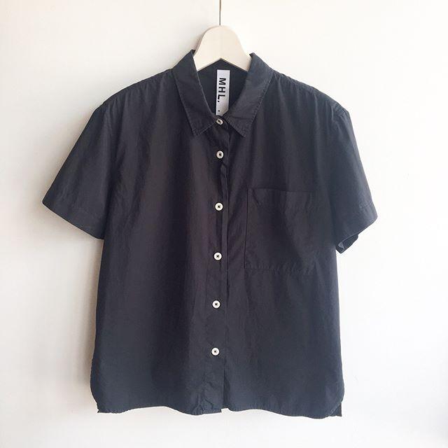 .暑い時期に毎日着たくなるようなリラックスしたサイズ感のボクシーシャツ。ワークシャツらしい大きなポケットもポイント。.color  チャコール, キャメル.#MHL.#garment  dye basic poplin#shirt#workshirt#hausmatsue #島根 #松江