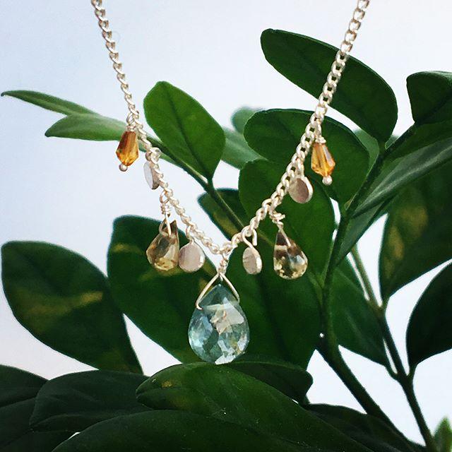 .ゆらゆらと涼しげに揺れる天然石のネックレス.スモーキーな色合いの天然石にハンドプレスで仕上げたシルバービーズ.#margarethowell #stubtle coloured stone#accessory#necklace#stone#citrine#honeyquartz#mossaquamarine#シトリン#ハニークオーツ#モスアクアマリン#hausmatsue #島根#松江
