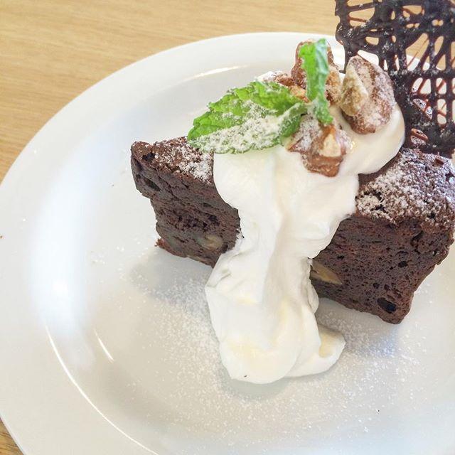 ..こんにちは〜今日も暑いので熱中症には気をつけてお過ごしくださいね〜!..店内涼しくしてみなさまのご来店をお待ちしております♡..#cake #ケーキ#dessert #sweets #ガトーショコラ #くるみ#gateauchocolate #walnut #bistrocafe #cafe #カフェ #hausmatsue #島根 #松江