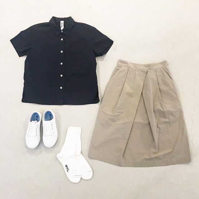 .暑さと共に半袖、スカート率がぐんぐん上がる。.軽めな素材で透けないのが1番うれしい。.#MHL.#garment  dye basic poplin#shirt#skirt#sneaker#socks#hausmatsue #島根 #松江