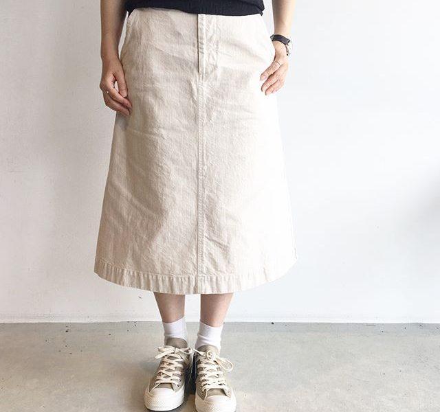 .MHL.light denim.長めのレングスのワークスカート。透けない白。これならアクティブに着れそうです♩.詳しくは@haus_howell へ.#MHL.#lightdenim#skirt#岡山#hausmatsue #島根 #松江