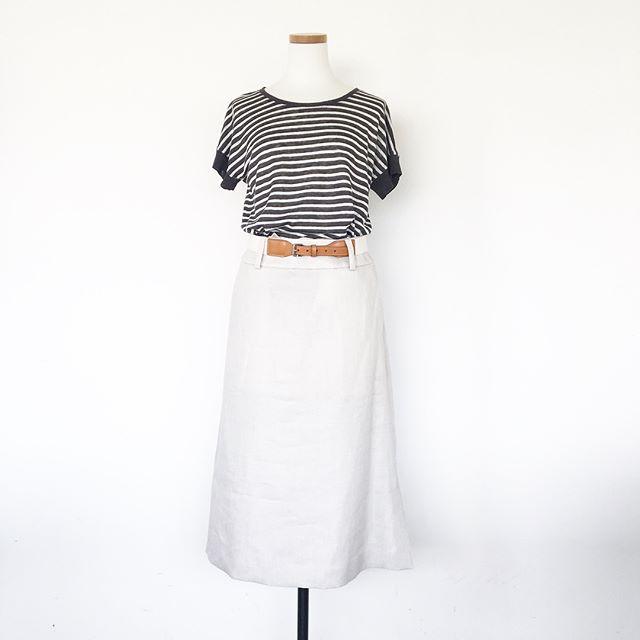 .まだまだ暑い日が続くようだからリネンものが手放せない。リネンの半袖ニットとリネンのスカート。グレーとペールグレーのグレーのコンビ。.くわしくは@haus_howell ..#margarethowell #linen stripe jersey#linen twill#tailoredskirt #skirt#hausmatsue #島根 #松江