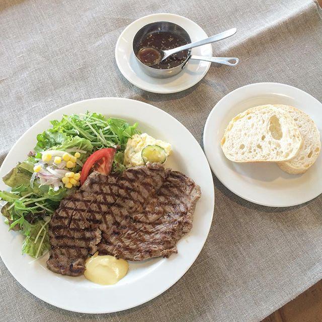 ..おはようございます◎..HAUSのステーキランチは牛肩ロースを使っております。175gなので食べ応えありますよ〜!野菜もたくさんです◎..今日の日替わりスパゲッティはエビとモッツァレラのトマトソースです!.今日も21時まで営業しております!ご来店お待ちしております♡…morning9:00〜11:00(lo.10:30)lunch11:30〜14:00cafe14:00〜18:00dinner18:00〜21:00(lo.20:15)..#lunch #ランチ#ステーキ #ステーキランチ#牛肩ロース #175g#野菜たっぷり#自家製 #ジャポネソース#パン #ライス#bistrocafe #cafe #カフェ#hausmatsue #haus_matsue #島根 #松江