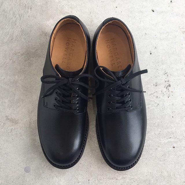.MARGARETHOWELL.leather lace up shoes.color ブラックsize  3 . 4.軍靴工場として稼働していた山形の工場で生産されたキップ(仔牛の革)の靴入荷です。.くわしくは@haus_howell へ.#margarethowell #leatherlaceupshoes#leathershoes#革靴#国産#山形#キップ#カーフレザー#グッドイヤーウェルテッド製法 #ダービーシューズ#hausmatsue #島根 #松江
