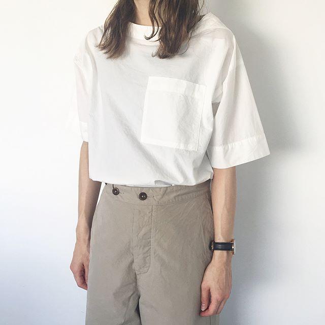 .MHL.paper cotton.Tシャツ感覚で着れるイージーシャツワイドな袖はくしゃっと織り上げてボリューム調整も◎.くわしくは@haus_howell へ.#MHL.#papercotton#コーニッシュスモック#shirt#シャツ#hausmatsue #島根#松江