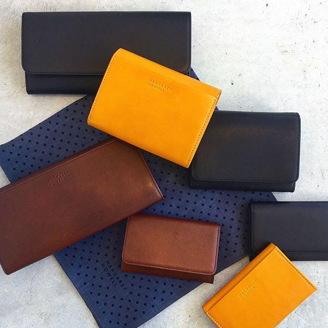.MARGARETHOWELL.leather wallet.秋の色のお財布届きました.セールも終わってあっというまに秋の色が店頭にたっくさん溢れかえってます。1年って本当に早いもんですね。.紹介も何からしてよいやら悩む、悩む。気持ちは秋モード。.くわしくは@haus_howell へ.#margarethowell #leatherwallet#leather#wallet#革#お財布#hausmatsue #島根 #松江