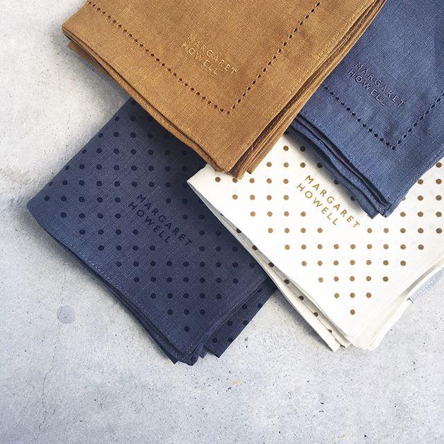.暑い日々の必需品のリネンのハンカチ。今回はインポートのスカーフからヒントを得たというマスタードとライトブルー。.くわしくは@haus_howell へ.MARGARET HOWELLHOUSEHOLD GOODS.embroidered hankylinen dot hanky.#margarethowell #householdgoods #linenhanky#linen#handkerchief#麻#ハンカチ#dot#embroidery #hausmastue #島根 #松江