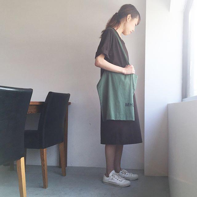 .ゆるんとすごしたい休日。1枚で着れるワンピース。なんてらくちんなんだろう。.くわしくは@haus_howell へ.#MHL.#matt cotton jersey #light cotton drill#logobag #onepiece#ワンピース#hausmatsue #島根#松江
