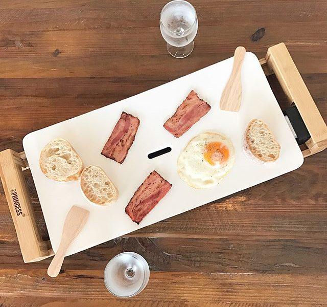 .いつもの食卓をちょっぴり優雅に。.オランダ発の家電メーカーPRINCESS(プリンセス)から生まれた魅せるホットプレート『Table Grill Pure』入荷しました!︎.お洒落な見た目だけでなくもちろん性能もバッチリ!美味しいグリル料理をお楽しみいただけます。.Table Grill Pureのおいしさのワケは…@haus_zakka ..#PRINCESS #オランダ#TableGrillPure #ホットプレート#グリルプレート#ホームパーティー#hausmatsue #島根 #松江