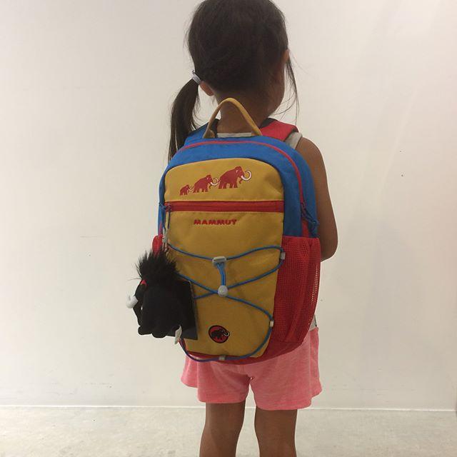 お子様用のかわいいサイズのバックパックが入荷しました!・MAMMUT FIRST ZIPマムートのマンモスのぬいぐるみ付き!カラーも鮮やかです。・2〜9歳用の小さな背中にフィットするサイズです。小さいけれど容量は8Lもあり、着替えや水筒、お弁当におやつまで十分入るサイズ。本格的な作りで、背負ったときの安定感も抜群です。・まだ続く夏休み、秋の行楽シーズン、もちろん普段使いにもおすすめです!・《haus営業時間》ショップ  11:00-20:00ビストロカフェ  モーニング  9:00-11:00(オーダーストップ10:30)ランチ〜ディナー 11:30-21:00(オーダーストップ20:15)#hausmatsue#MAMMUT#マムート#バックパック#リュック#キッズ#haus_outdoor