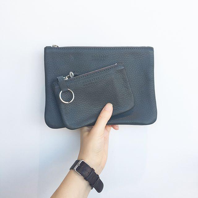 .青みのあるグレーのレザーポーチ。シボの経年変化は革の良さがたのしめますね。.くわしくは@haus_howell へ.#margarethowell #householdgoods #passportcase#Card&Keycase#leather#porch#シュリンクレザー#hausmatsue #島根 #松江