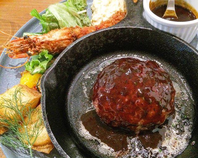 ..こんにちは〜◎今日の営業時間についてのお知らせです。.今日のディナーは貸切営業となります。テーブルセッティングの為18時閉店とさせていただきます。ラストオーダーは17時です。ご迷惑をおかけしますがよろしくお願いいたします。..#dinner #ディナー#貸切営業#ハンバーグ#牛肉100%#エビフライ#bistrocafe #cafe #カフェ#hausmatsue #haus_matsue #松江カフェ #島根カフェ#島根 #松江