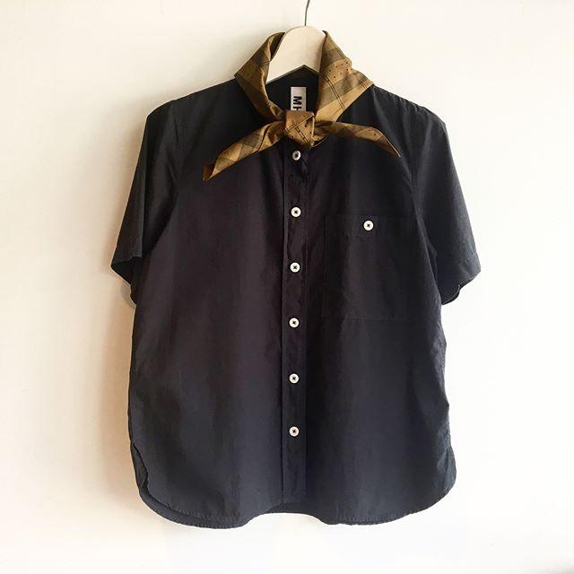 .半袖でもこのダークトーンなら落ち着いた雰囲気。チャコールのシャツにオークルのバンダナをひと巻き。ダークトーンならバンダナも可愛くなりすぎなくて巻きやすい。このくらいの塩梅がちょうどいいんだ。.くわしくは@haus_howell .#MHL.#printed scarf#scarf#shirt#hausmatsue #島根 #松江