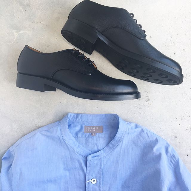 .きれいなライトブルーのシャツにダイナイトソールの革靴。夏のおわりと秋のはじまり。.#margarethowell #mens#fine cow leather#ダイナイトソール#日本製#革靴#leather#キップレザー#fine yarn dyed poplin#shirt#Italy#hausmatsue #島根 #松江