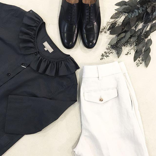 .いつかは着たい憧れのfrill collar shirtトラウザーやレザーシューズを合わせて着れたらいいな。.くわしくは@haus_howell へどうぞ︎.#margarethowell #frill collar shirt#frillcollar#shirt#sheer cotton#Italy#charcoal#trousers#leathershoes #革靴#ユーカリ#hausmatsue #島根#松江