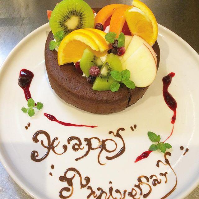 ..こんばんは〜今日も暑い中、ご来店ありがとうございます。..先日サプライズのご予約がありました〜!!記念日のお祝いにHAUSを選んでいただきありがとうございます♡..HAUSにはパティシエさんがいるのでホールケーキもご用意できます。ガトーショコラや、フルーツタルトやデコレーションケーキなどなど。..ケーキのご予算やどんなケーキがいいのかなどお気軽にお問い合わせください♡…morning9:00〜11:00(lo.10:30)lunch11:30〜14:00cafe14:00〜18:00dinner18:00〜21:00(lo.20:15)…こちらのページもぜひチェックしてみてください♡@haus_cafe_foods #cake #sweets #dessert #ガトーショコラ#ホールケーキ#サプライズ #記念日#happyanniversary #bistrocafe #cafe #カフェ#hausmatsue #haus_matsue #松江カフェ #島根カフェ#松江 #島根