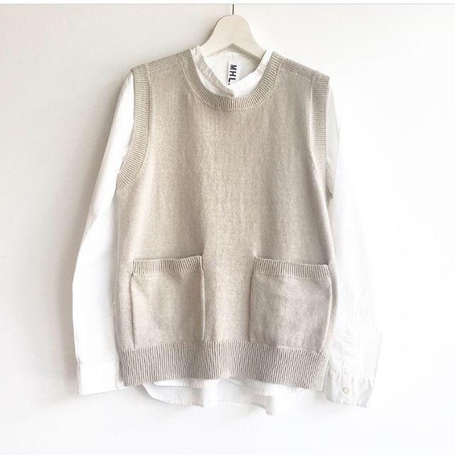 .好きなのになかなか上手く着れるものに出会えなかったニットベスト。.MHL.のベストを去年着た時に初めてこれだっ!って思うのに出会えた。.考え抜かれたサイズ感、厚み、着丈になるほど、なるほどと納得のベスト。.ウィメンズ、メンズ入荷してます。くわしくは@haus_howell へどうぞ。.#MHL.#dry cotton linen#vest#knit#hausmatsue #島根#松江