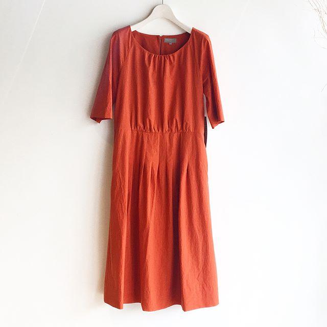 .目が醒めるような朱色のドレス。真っ赤と橙は少し苦手なのに朱色となるとなぜか安心する。背筋がしゃんと伸びるような大人の女性の色。 .くわしくは@haus_howell へどうぞ︎..#margarethowell #crisp cotton poplin#ragran pleat dress.#dress#onepiece#orange#朱色#hausmatsue #島根#松江