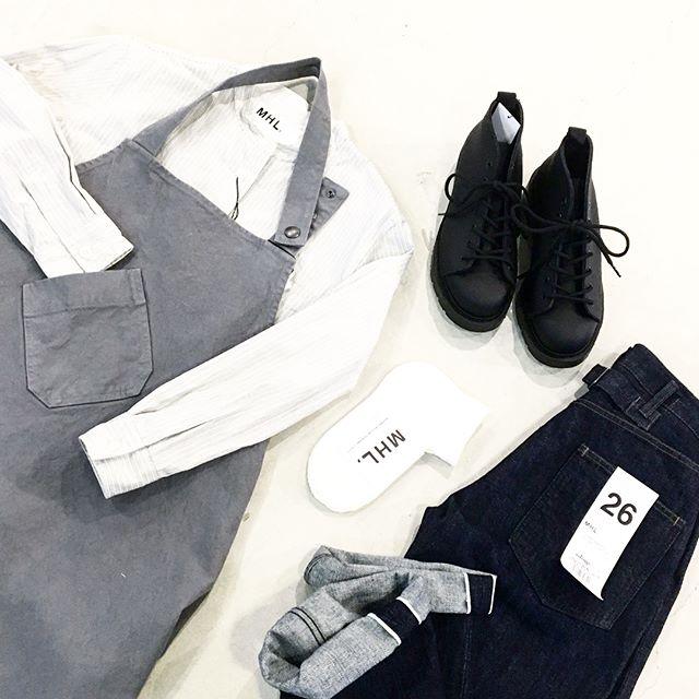 気になる工場っぽいエプロン。お料理はもちろん土いじりとかDIYとかそういう作業着としてのエプロンもいいな。夫婦で兼用なんてあこがれます。.ふふふ。.くわしくは@haus_howell へどうぞ︎.#MHL APRON#apron#canton #denim#革靴#shirt#gardening #diy #作業着#仕事着#hausmatsue #島根#松江