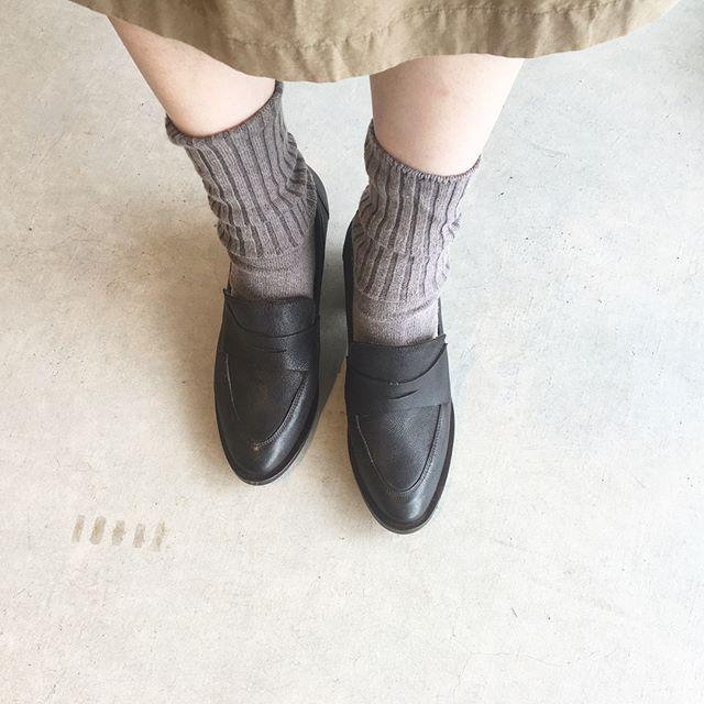 .ちょこんとちいさなつま先。ゴツく見えがちなローファーもヒールがあると女性らしくてすてきです。色は黒に近いコーヒーという色。ブラックなコーヒー色。経年変化と共にすてきな色になりそうなローファーです。やわらかめなシボも傷つきにくく柔らかくて気持ちいい。そろそろ秋の靴、始めませんか。.#vialis #ヴィアリス#Barcelona#Spain##革靴#ローファー #Loafer#hausmatsue #島根#松江