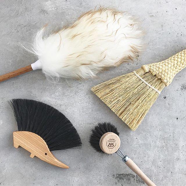 .お掃除グッズ。たくさんそろいました。こんなに可愛いのにかなりのお役立ちアイテムたち。お部屋においておくだけでも◎.@haus_zakka ..#お掃除グッズ #掃除道具#掃除#ダスター#デスクトップ ホウキ#テーブルブラシ#はりねずみ#ウォッシングブラシ#hausmatsue#島根 #松江