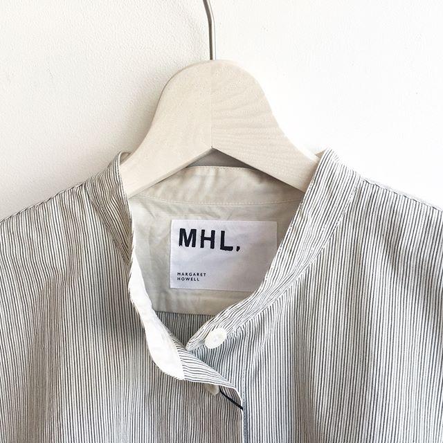 .やっぱり好きだなストライプ。バンドカラーだとほどよく女性らしくて休日感。.くわしくは@haus_howell こちらへどうぞ︎.#MHL.#natural sheersucker stripe#shirt#sheersucker#hausmatsue #島根#松江