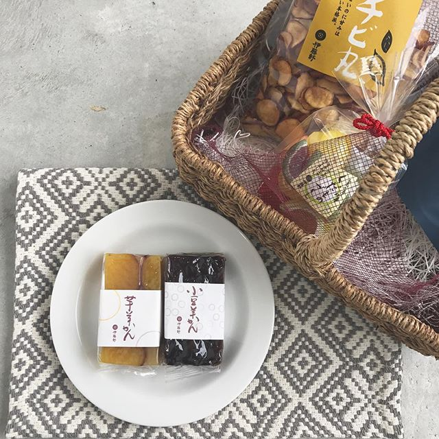 .食べ物も秋仕様。食欲の秋。芋、栗、、たくさん揃ってます♡甘いものにぴったりなお茶もご一緒にぜひ。..@haus_cafe_foods こちらもよろしくお願いします!..#くだものづくし #飴#チビ丸 #芋チップス #芋ようかん #小豆ようかん#羊羹#伊藤軒#ゆず煎茶#煎茶#玄米茶#加島茶舗#hausmatsue#島根 #松江