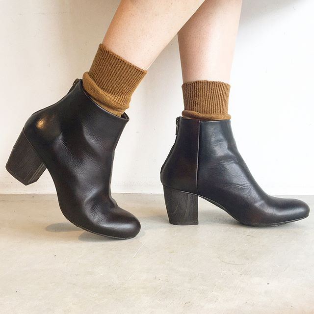 .深いダークブラウンのショートブーツ。経年変化でどんなブラウンが見えてくるのだろうとたのしみになる色。安定感のあるウッドソールもうれしいです。.#vialis#ヴィアリス#Spain##Barcelona#boots#leatherboots#革靴#hausmatsue #島根#松江
