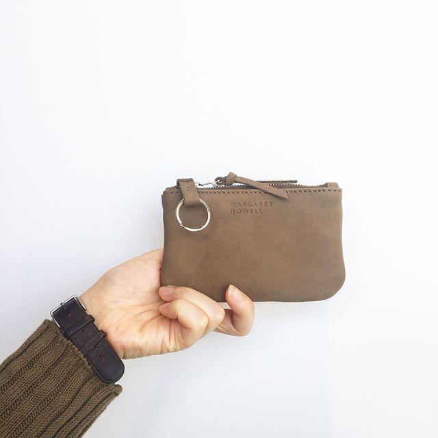 .思わず触りたくなるやわかいヌバック。キーケース新調したいな。.小銭、鍵、カードが一度に納まる優れものの新型ポーチ。キーリング付き。深さ 8㎝×幅 12㎝.あわせてこちらもどうぞ︎@haus_howell .#margarethowell #householdgoods #nubuck leather accessores#leather#ヌバック#keycase