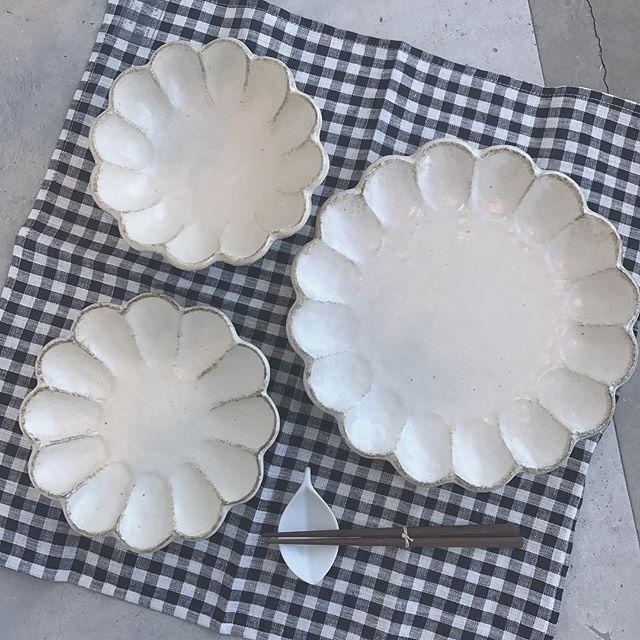 .KIKKA のお皿。食卓がぱっとはなやぐかわいらしい形の器。.大きさによって使い方はさまざま。どんな料理にも合うやわらかい色味です。重ねてみると花びらが重なっているみたい♡とってもすてきです♡..こちらもぜひ♡@haus_zakka …#KIKKA #食器#キッチンツール#お皿 #プレート#お花 #菊花#hausmatsue#島根 #松江
