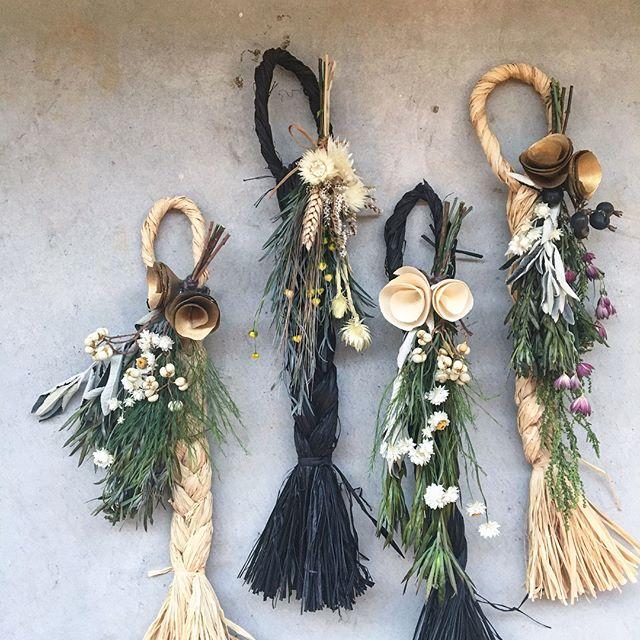 雰囲気のあるラフィアハンガーたくさん、並びました。ギフトにそしてご自宅用におすすめです。.こちらも合わせてどうぞ@haus_flower .#ラフィアハンガー#プリザーブドフラワー#ドライフラワー#プリザ#interior#room#gift#hausmatsue #島根#松江