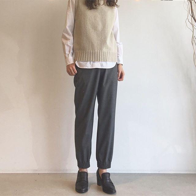 .ニットベストにトラウザー。きちんと感の中にトラウザーの裾のゆるさ。この絶妙なさじ加減が好みです。.あわせてこちらもどうぞ@haus_howell .#margarethowell #sleeveless  roll neck#chintz cotton#fine wool poplin#summerwool#Loafer#vialis#knit#vest#trouser#shirt#hausmatsue #島根#松江