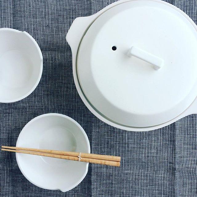 """そろそろ鍋料理が恋しくなる季節。昨年もご好評いただいたIH対応土鍋、""""KAKOMI""""が入荷しました。・蒸す・炊く・煮る、の幅広い調理ができ、匂いも移りにくいので様々な場面で活躍します。・1.2Lと2.5Lの2さいず、カラーは写真のホワイトのほかブラックもご用意しております。贈り物にもおすすめです。・《haus営業時間》ショップ  11:00-20:00ビストロカフェ  モーニング  9:00-11:00(オーダーストップ10:30)ランチ〜ディナー 11:30-21:00(オーダーストップ20:15)#hausmatsue#土鍋#kinto#KAKOMI#IH対応#ギフト#haus_zakka"""