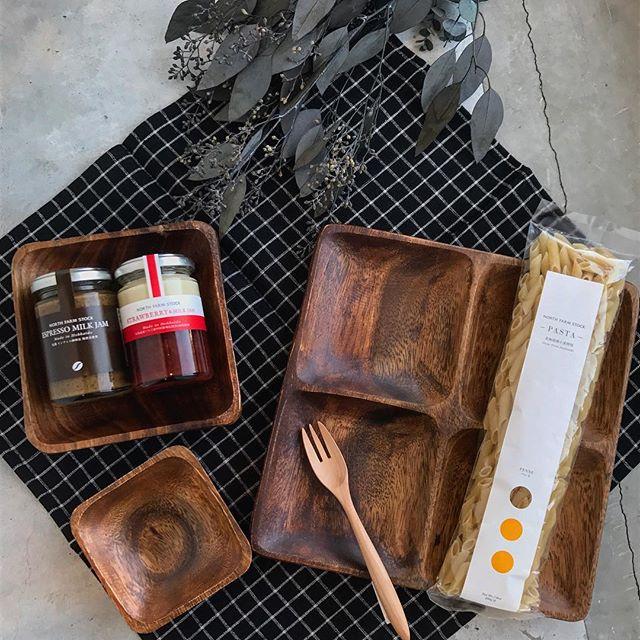.秋が近づくと木目調が気になる。甘いものにでも食事系にでもなんにでもぴったり◎おしゃれな食事とっても憧れます♡..こちらもお願いします!@haus_zakka ..#木目調 #ウッド調#木目 #木材 #木#食器#お皿 #フォーク#ジャム #パスタ #ペンネ#hausmatsue #島根 #松江