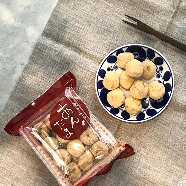 .ほどよい甘さのあんこ。そのまわりにきなこを。ありそうだけど食べたことなかった味。1口サイズなのでぱくぱくいけちゃいます♡涼しくなってきて甘いものが食べたくなる、、食欲の秋、到来です♡..あわせてこちらも@haus_cafe_foods ..#京きなこ #あんだま#京きなこ あんだま#きなこ #あんこ #餡子#お茶菓子#ブルーム #白山#白山陶器#hausmatsue #島根 #松江