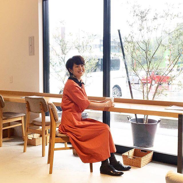 .やっぱりすてきだったハウエルのオレンジのワンピース。モデルのOさんもありがとうございました♡ .山陰情報誌 Lazuda 昨日発売の10月号でご紹介してもらいました。ご覧になってくださいませ。.#margarethowell #clisp cotton poplin#raglan plate dress#dress #onepiece#Lazuda#タウン誌#hausmatsue #島根#松江